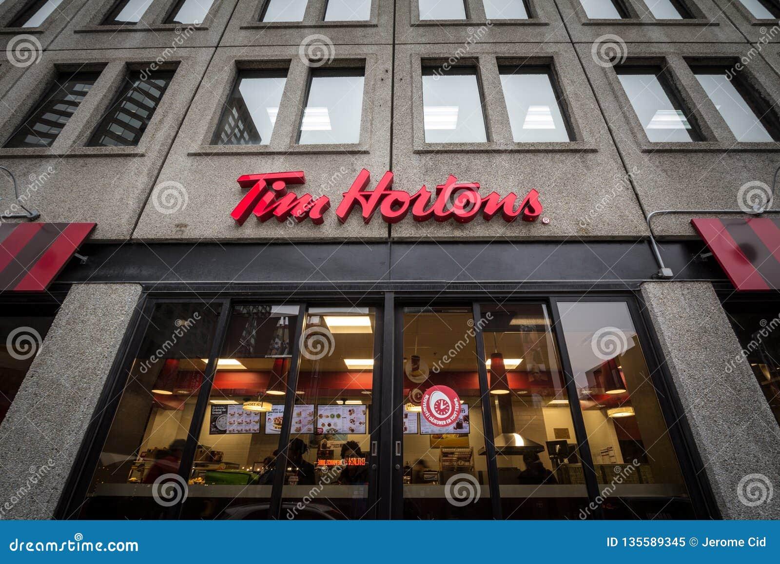 Tim Hortons logo przed jeden ich restauracje w Montreal, Quebec