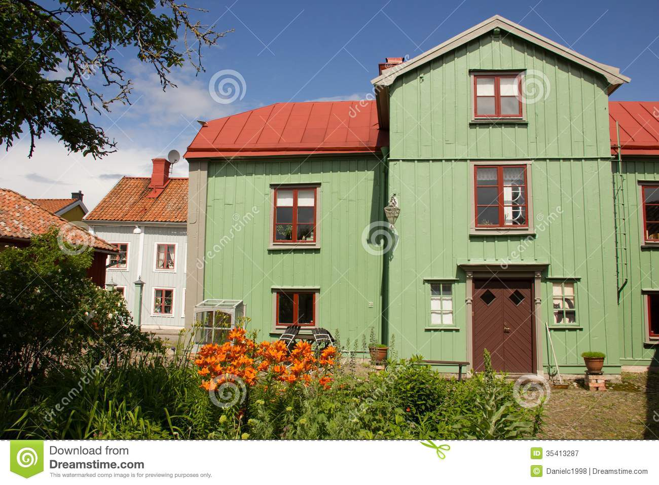 Timber green house and back garden vadstena sweden for Classic house green street