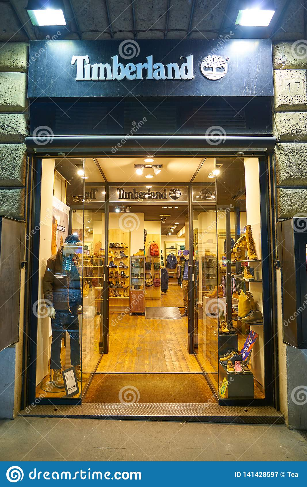 curva diferencia estoy feliz  Timberland editorial photography. Image of boutique - 141428597