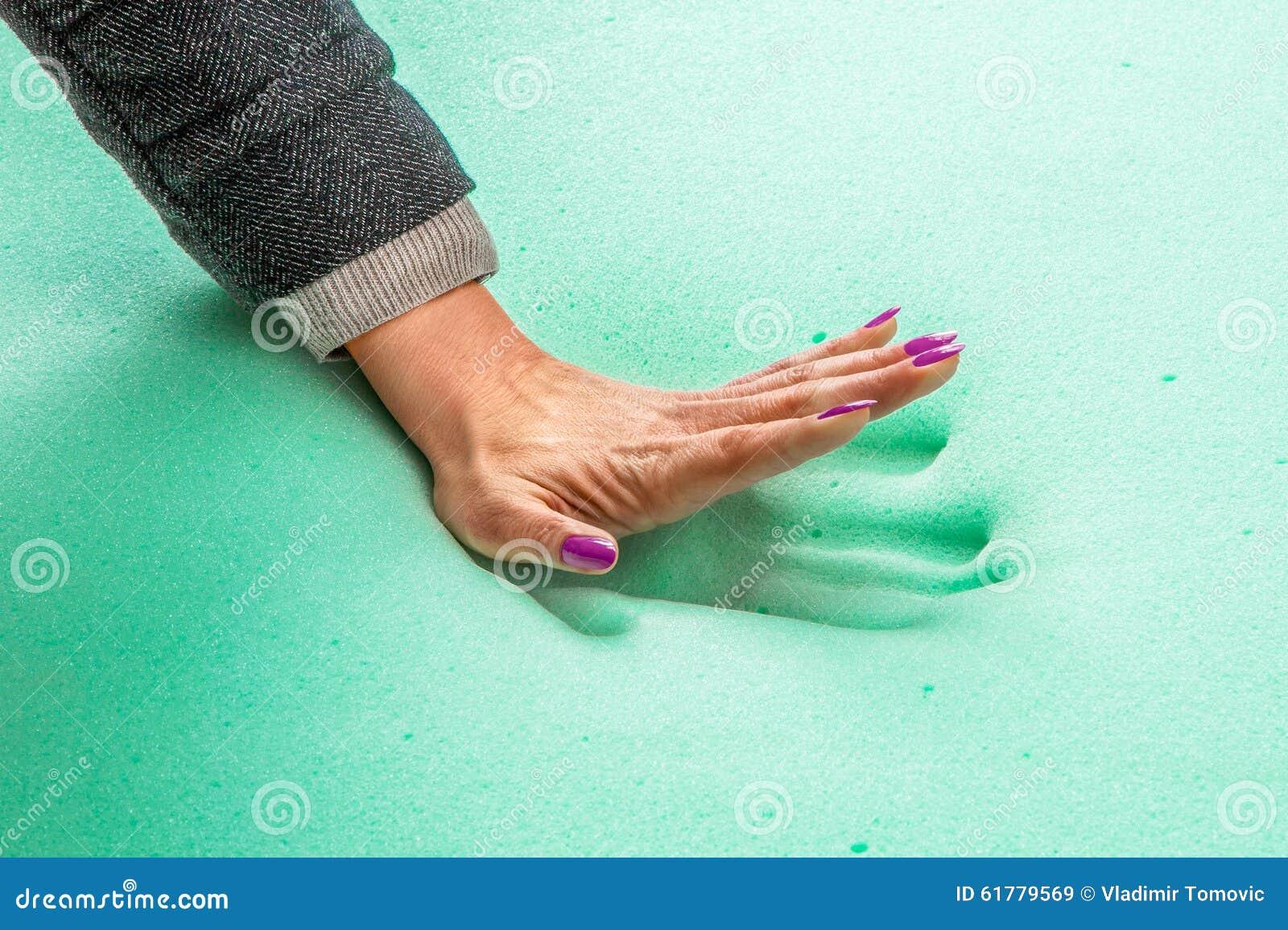 Timbre de main sur le matelas de mousse de mémoire