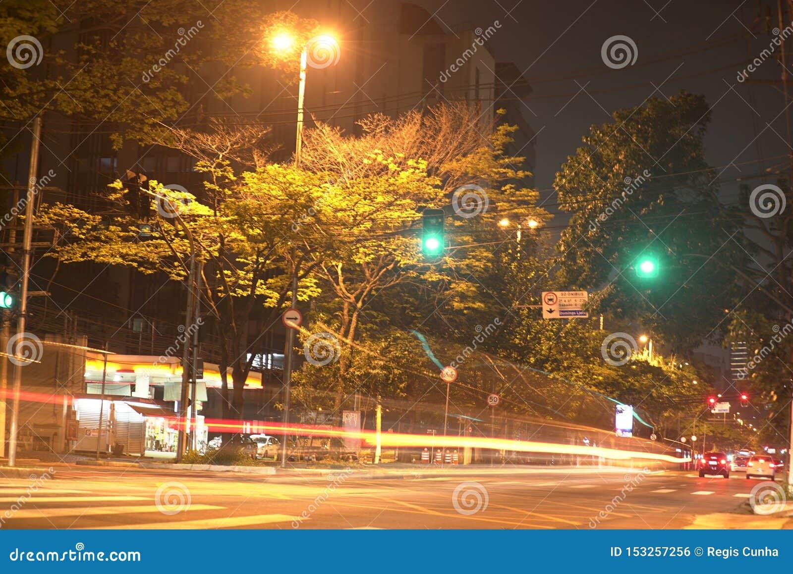 Timelapse в nigth, красивом городском пейзаже с автомобили, мотоциклах и движении на дороге