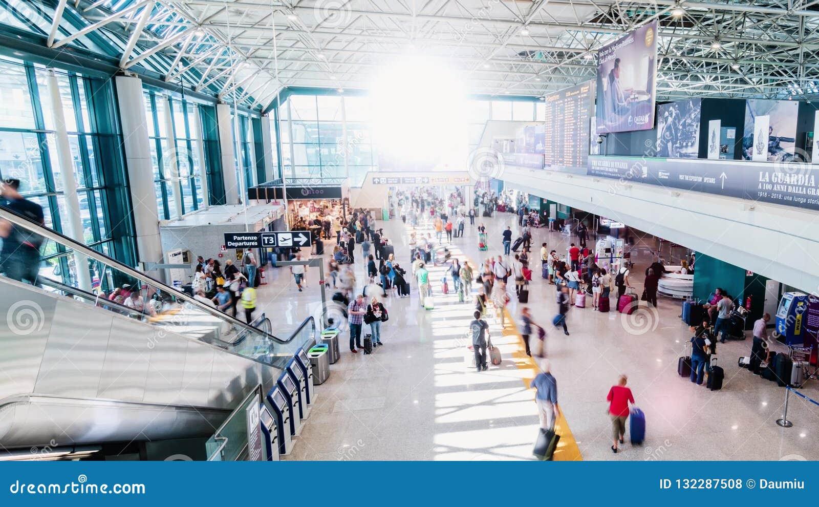 Timelapse occupato dei passeggeri dell'aeroporto stock footage