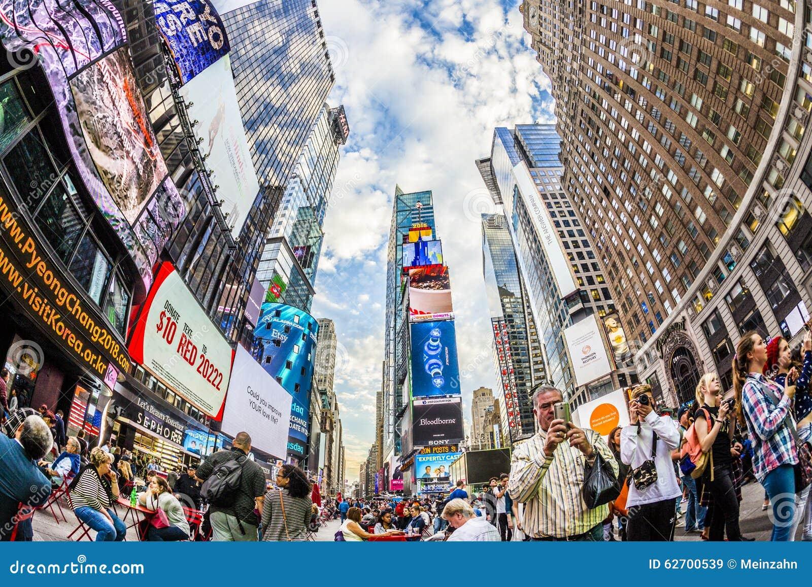 Times Square, που χαρακτηρίζεται με τα θέατρα Broadway και το τεράστιο αριθμό