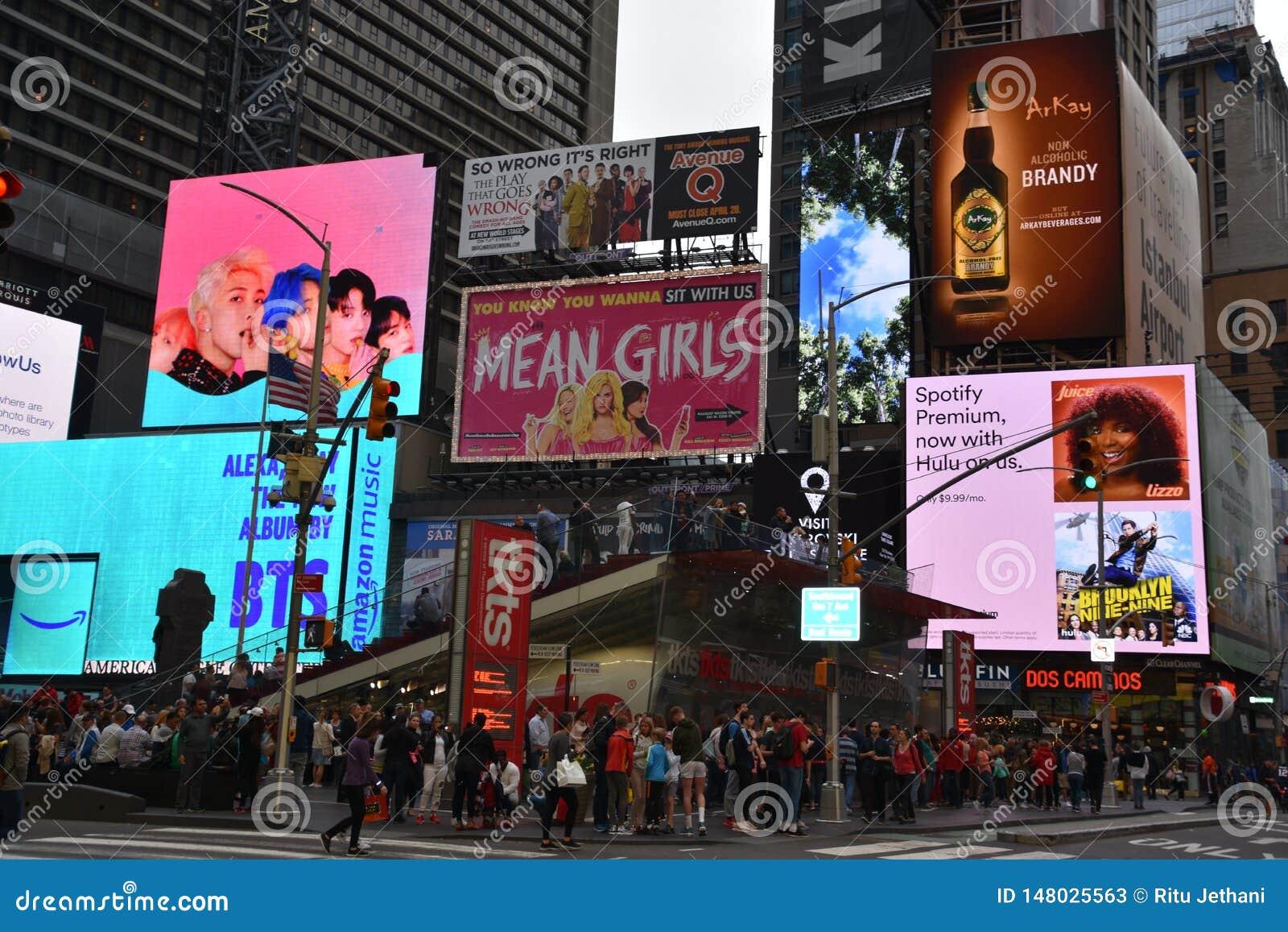 Times Square, gekennzeichnet mit Broadway-Theatern und lebhaften LED-Zeichen, in Manhattan