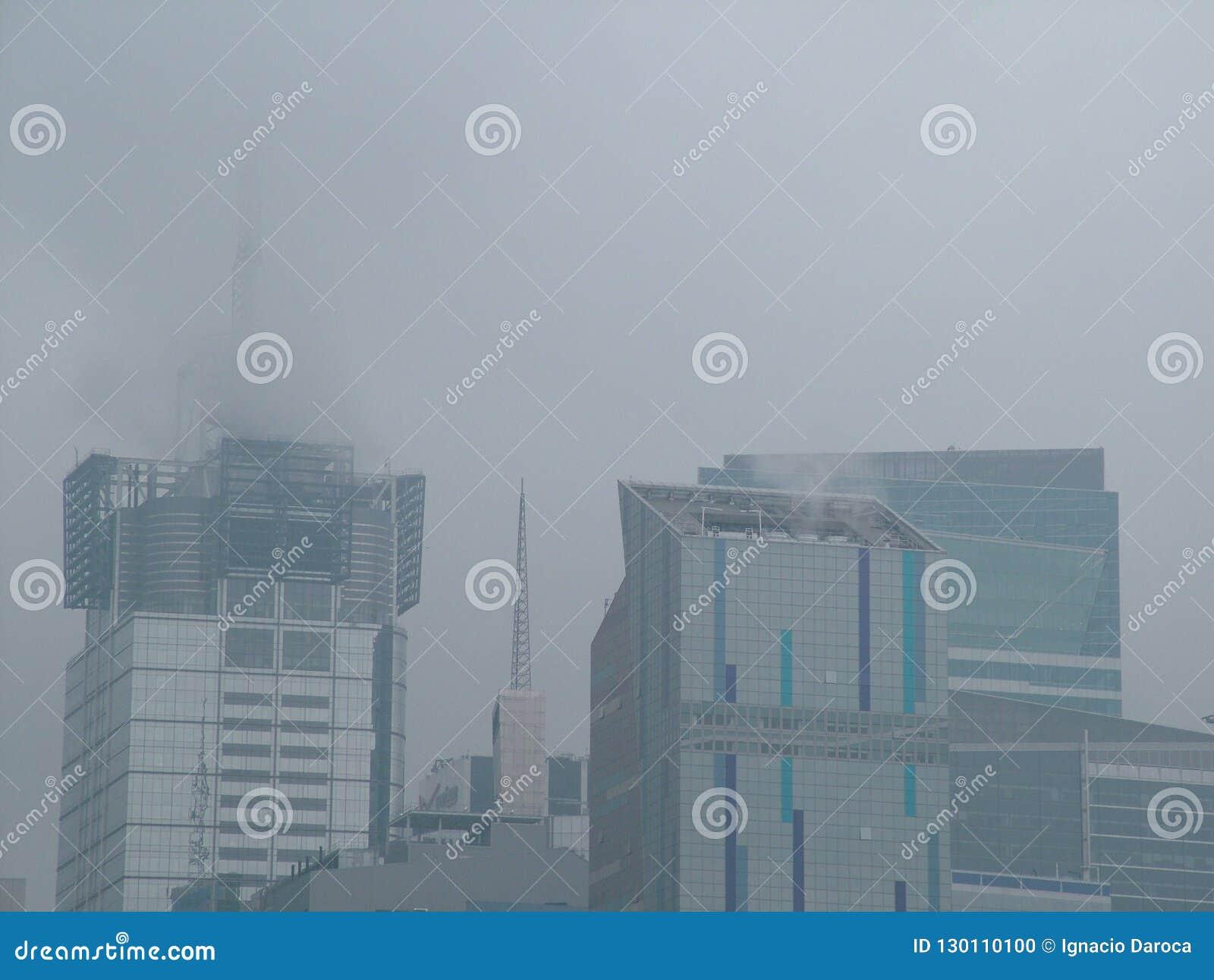 Times Square skycreapers sehen an einem nebeligen Tag an