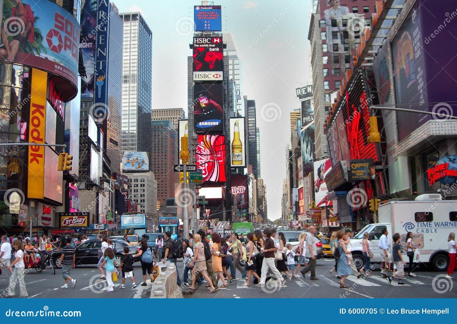 Leute und fahrzeuge im besetzten times square new york city