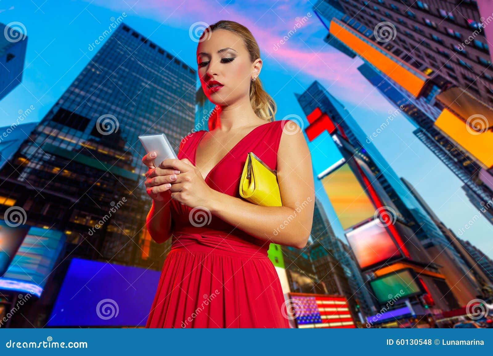 Times Square vermelho NYC do bate-papo do telefone do vestido da menina loura