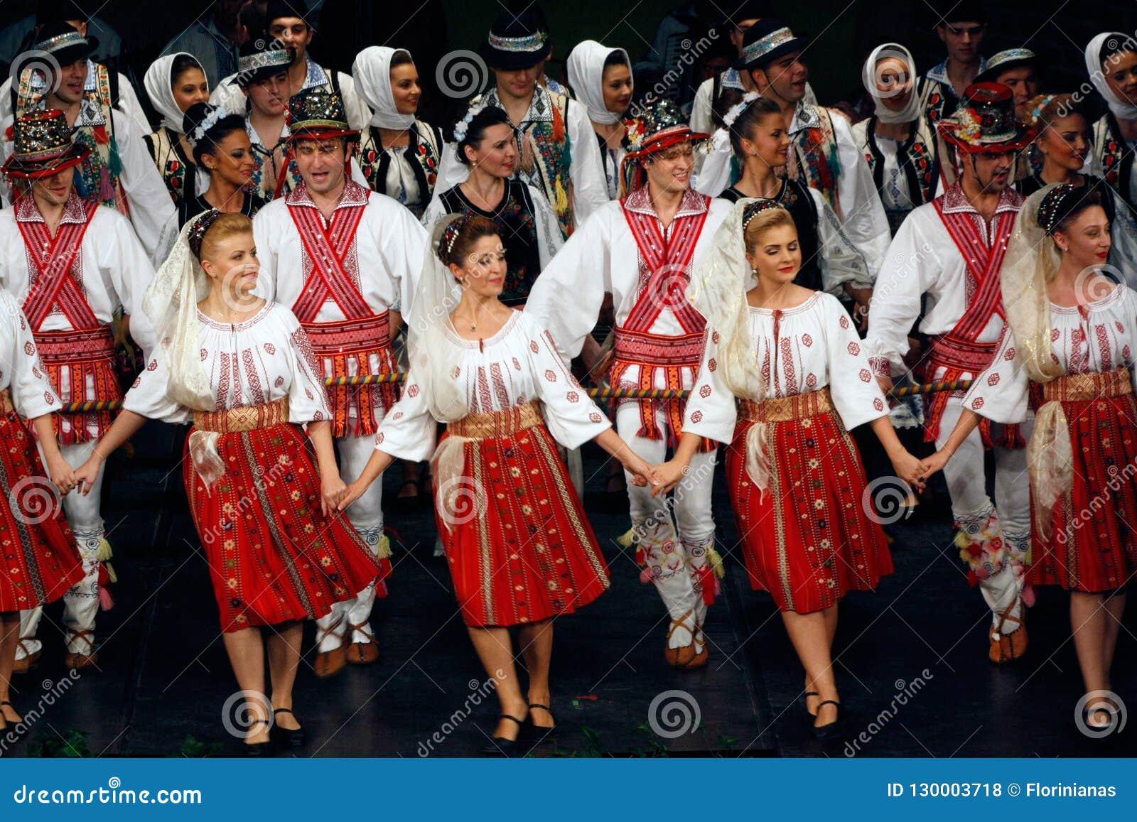 TIMISOARA, ROMÊNIA 12 10 2014 dançarinos romenos do folclore