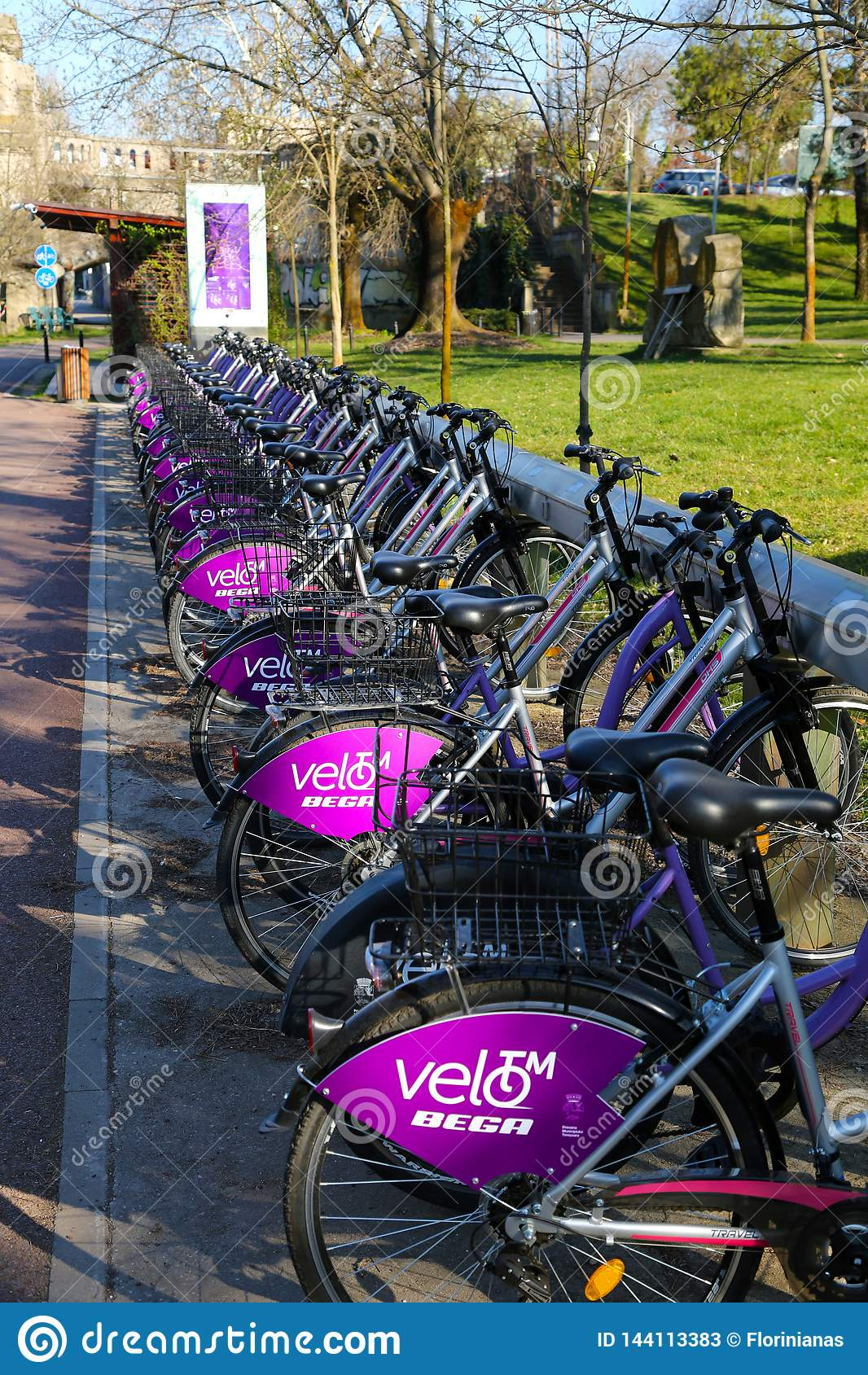 TIMISOARA, ROMANIA-03 28 Système de location public de la bicyclette 2019 Vélos accouplés dans la station