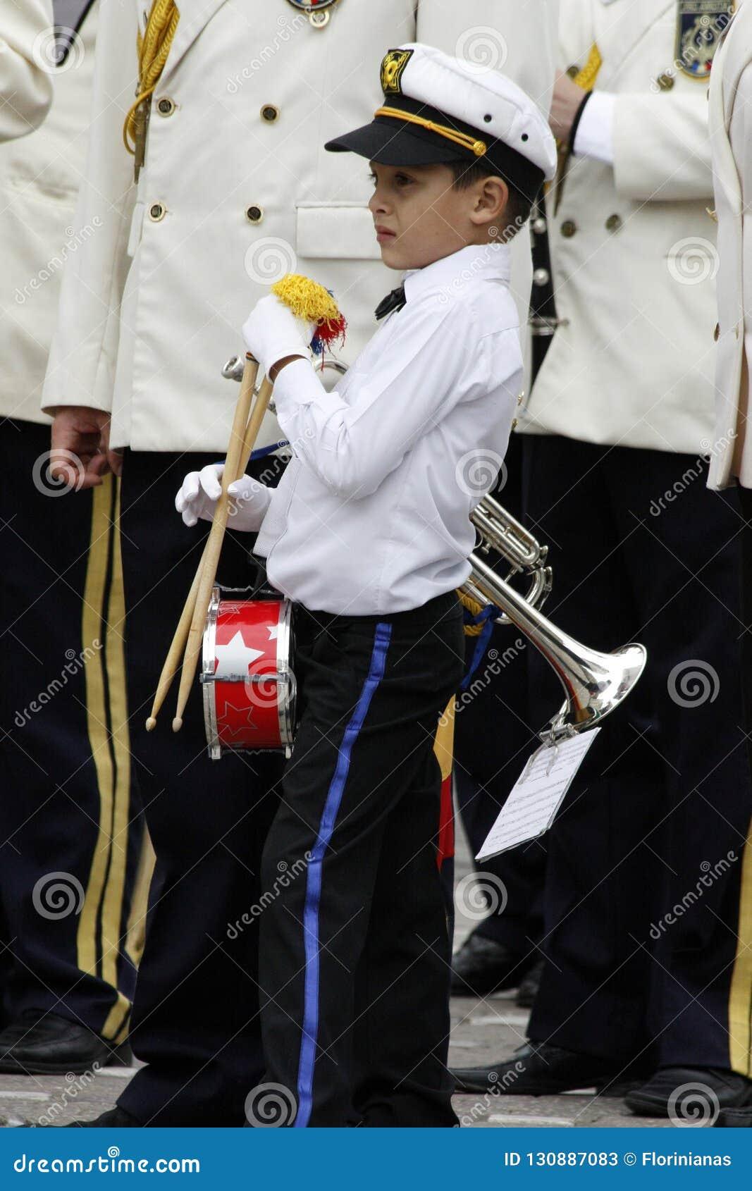 """TIMISOARA, RUMUNIA †""""09 27 2015 militarna fanfara ubierał w białych parada kostiumach"""