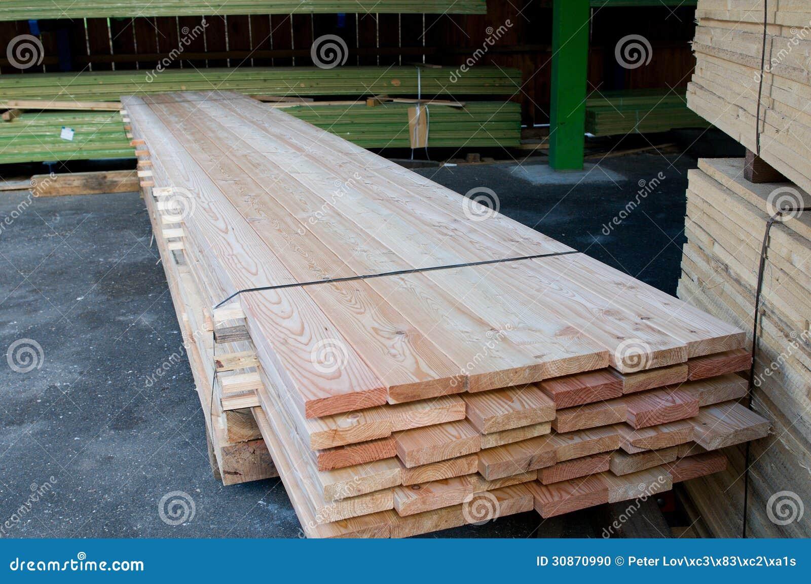 Timmerhout bij een zaagmolen