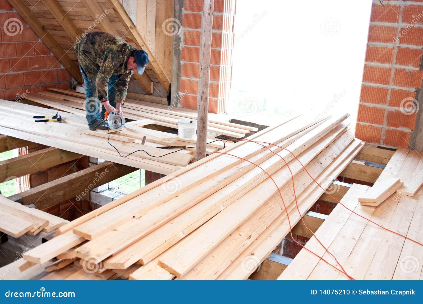 Timmerman die nieuwe vloer bouwt