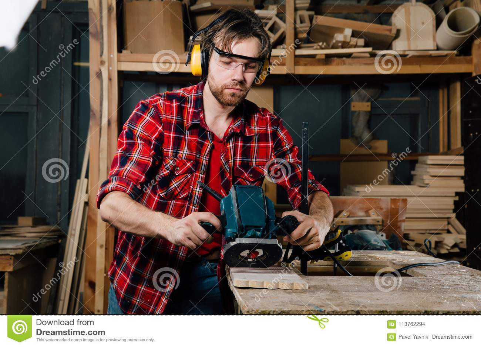 Timmerman het werken van de handmachine van het handmalen in de timmerwerkworkshop schrijnwerker