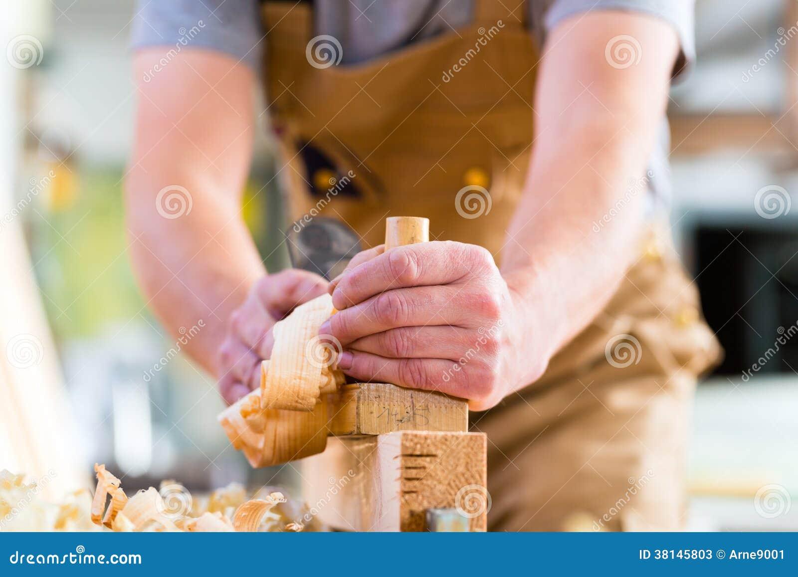 Timmerman met houten planer en werkstuk in timmerwerk stock foto 39 s afbeelding 38145803 - Houten timmerwerk ...