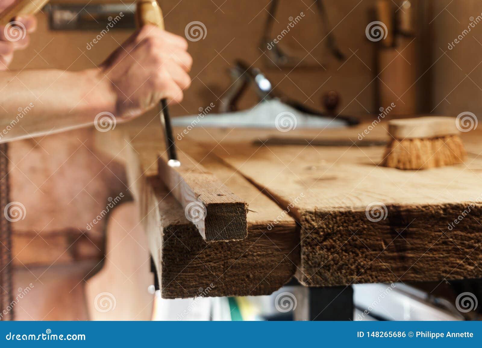Timmermans snijdend hout met een beitel