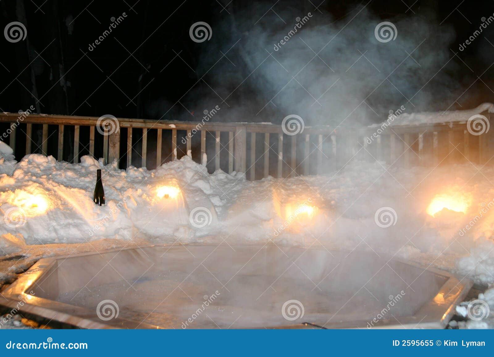 Tina caliente del invierno en la noche