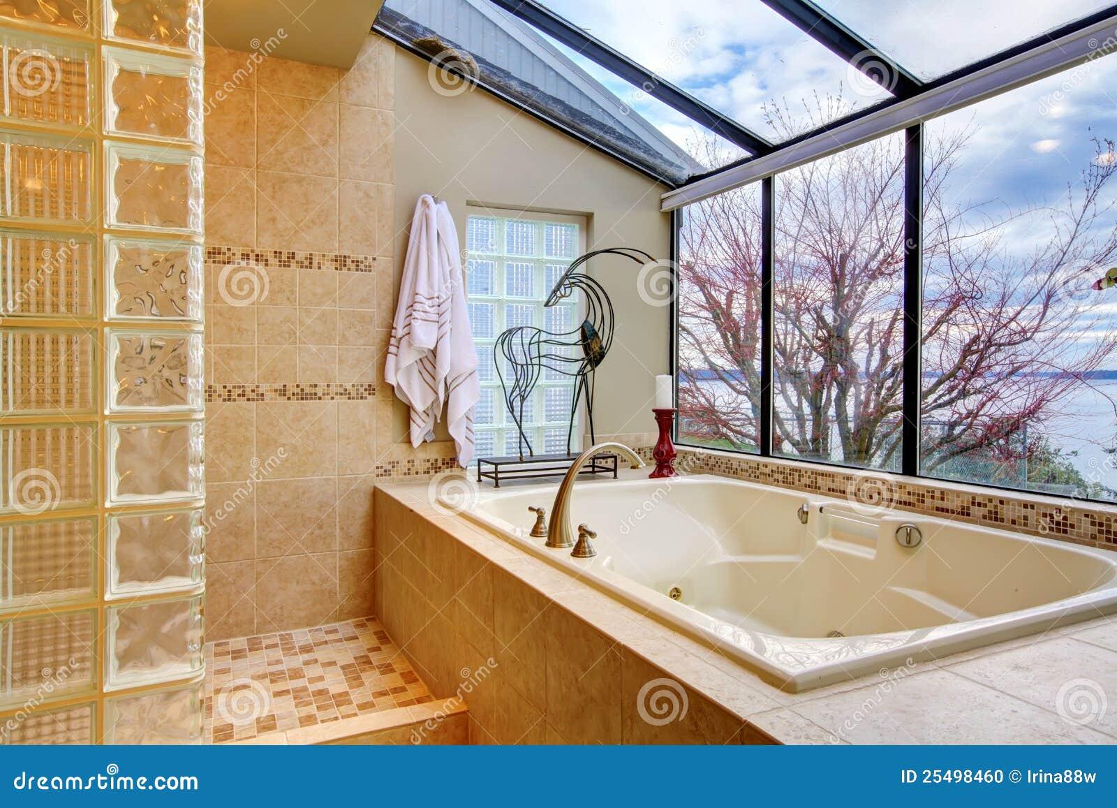 Tinas De Baño Grandes:Foto de archivo: Tina de baño grande con la pared de la ventana con