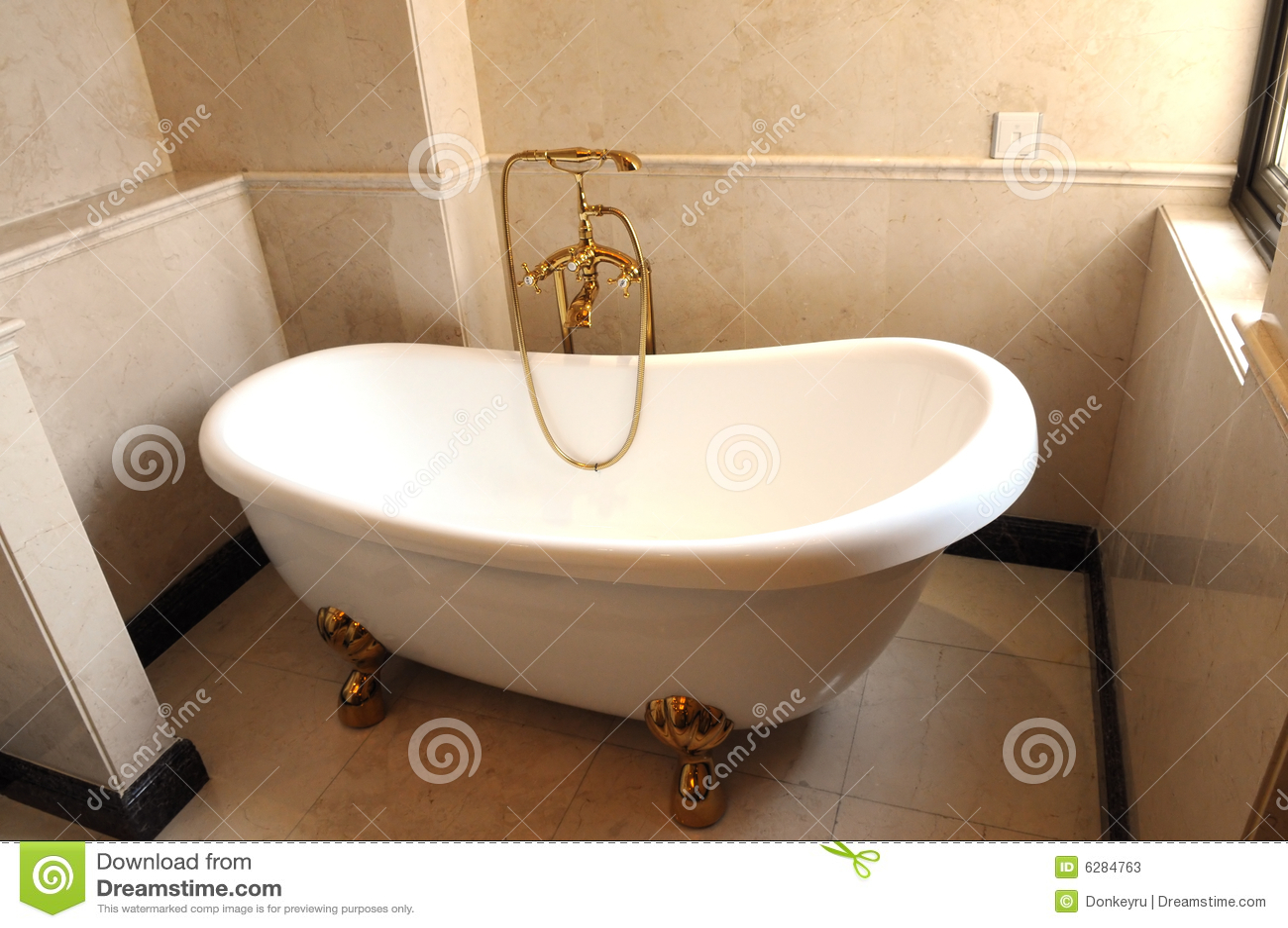 Tina de cer mica blanca en el cuarto de ba o fotos de - Precio cuarto de bano ...