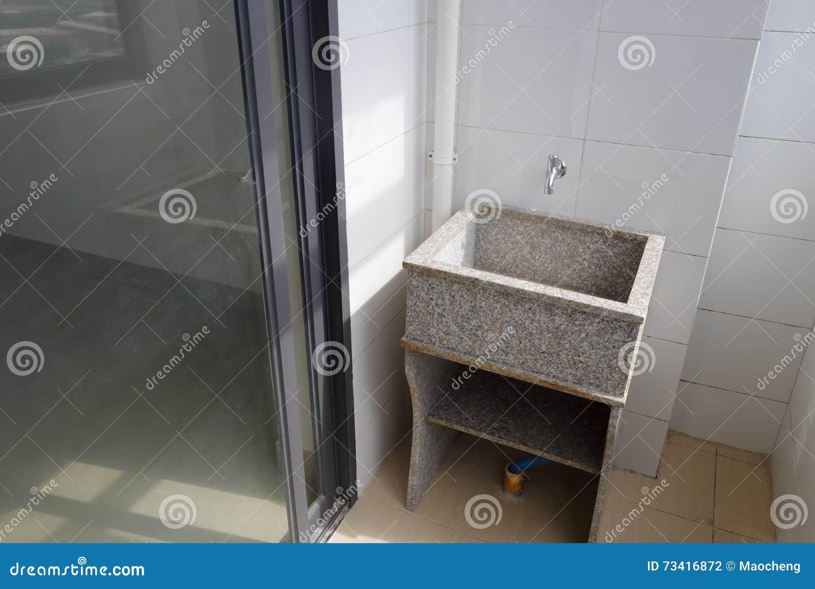 Tina del lavadero del granito en el balc n foto de archivo for Lavadero pequenos