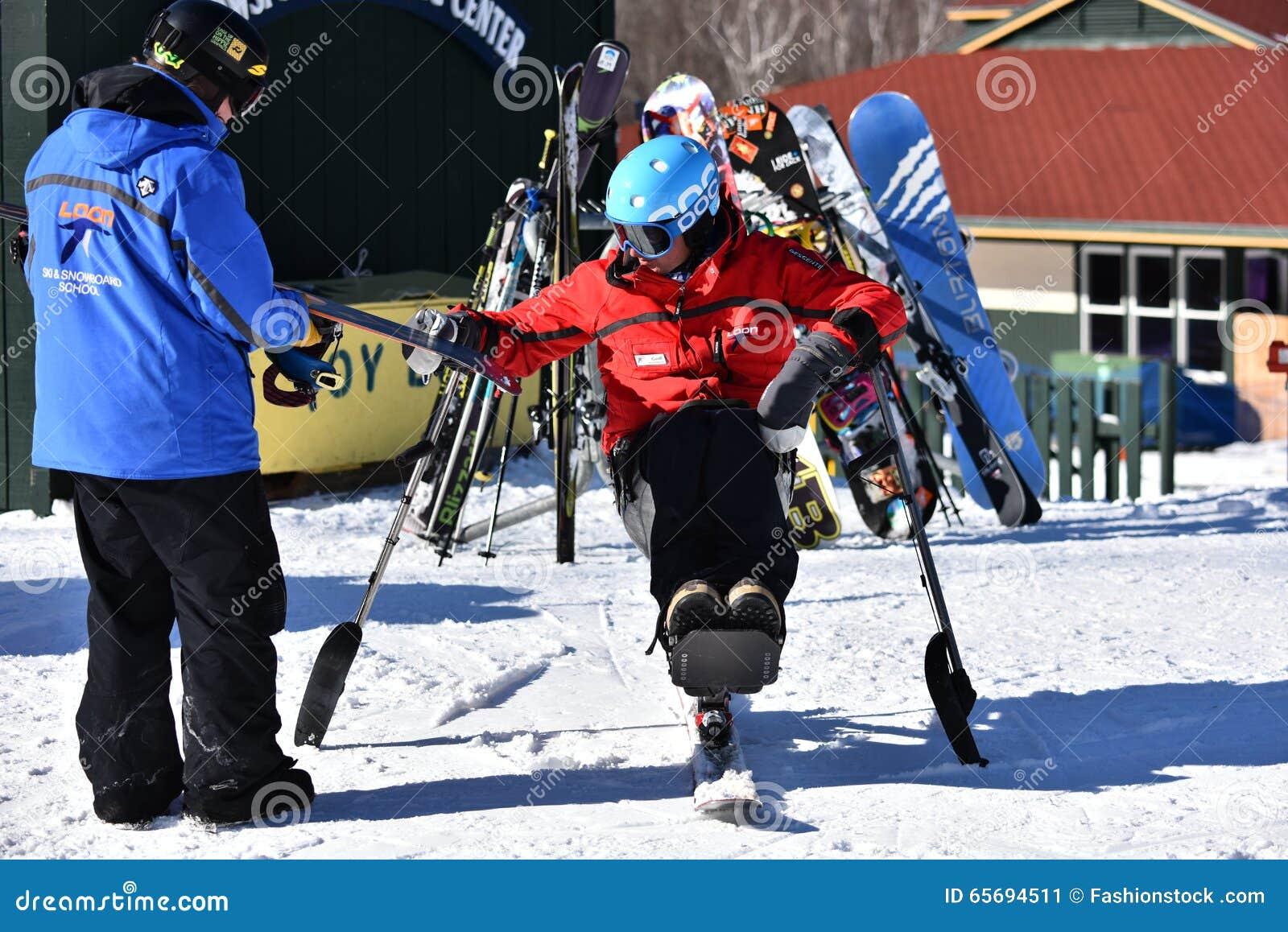 Tina Sutton Memorial - slalom Ski Competition Lo sciatore disabile non identificato assiste alla corsa di sci minore