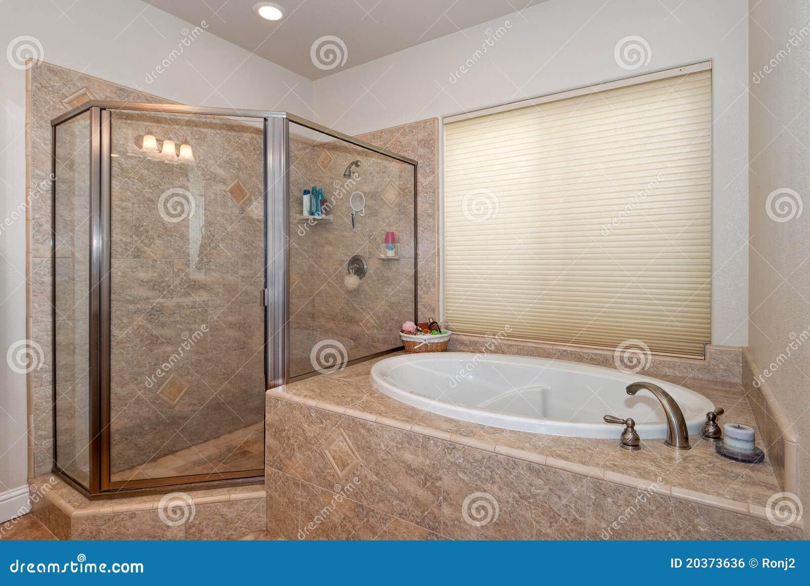 Tina y ducha imagen de archivo libre de regal as imagen - Cuartos de bano con banera ...