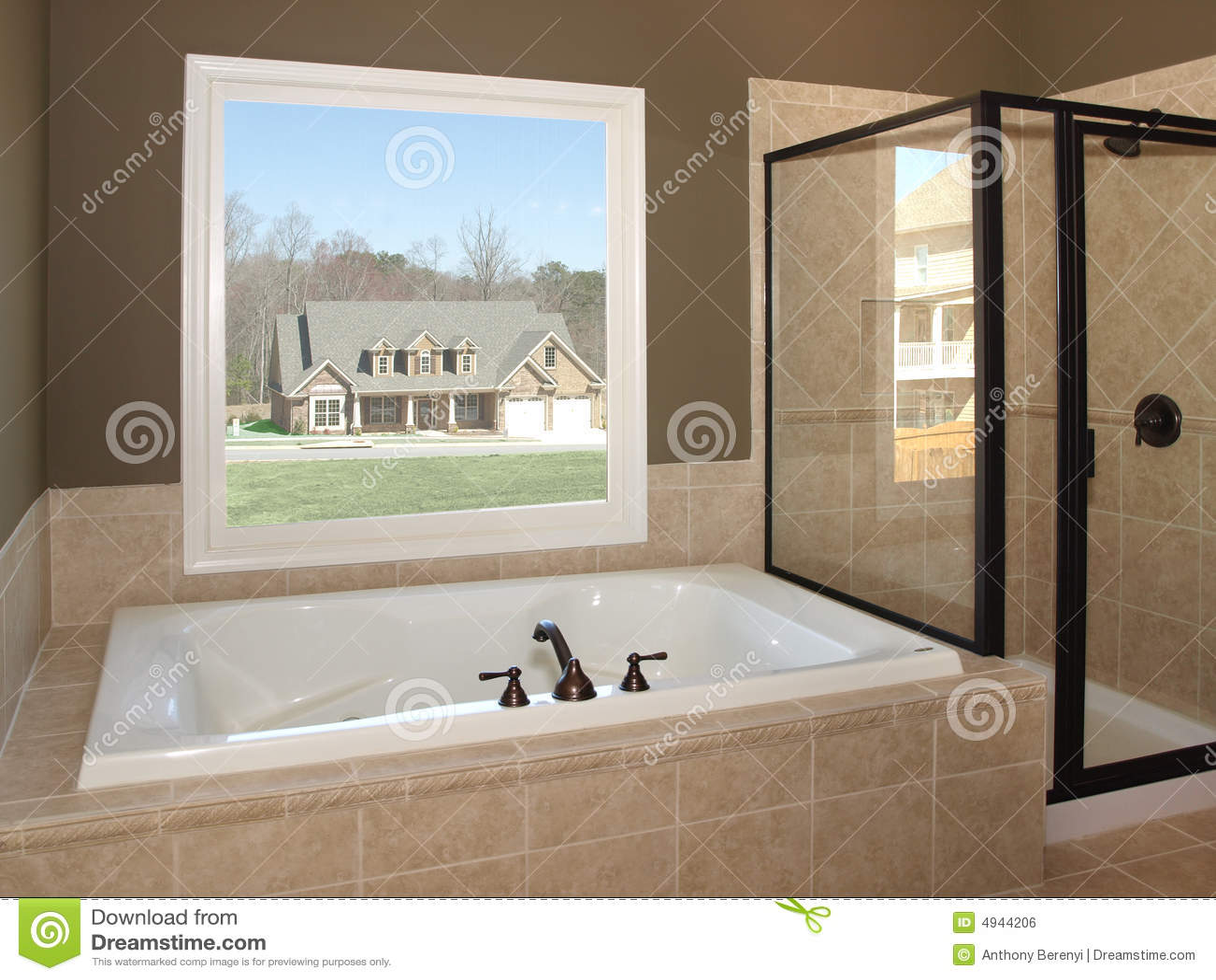Tina y ventana de lujo 1 del cuarto de ba o imagen de for Banos con tina y ducha