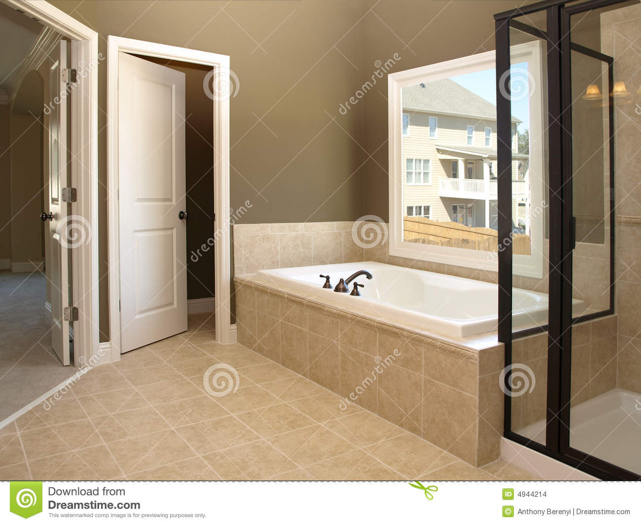 Cuartos De Baño Con Tina:Tub and Bathroom Window
