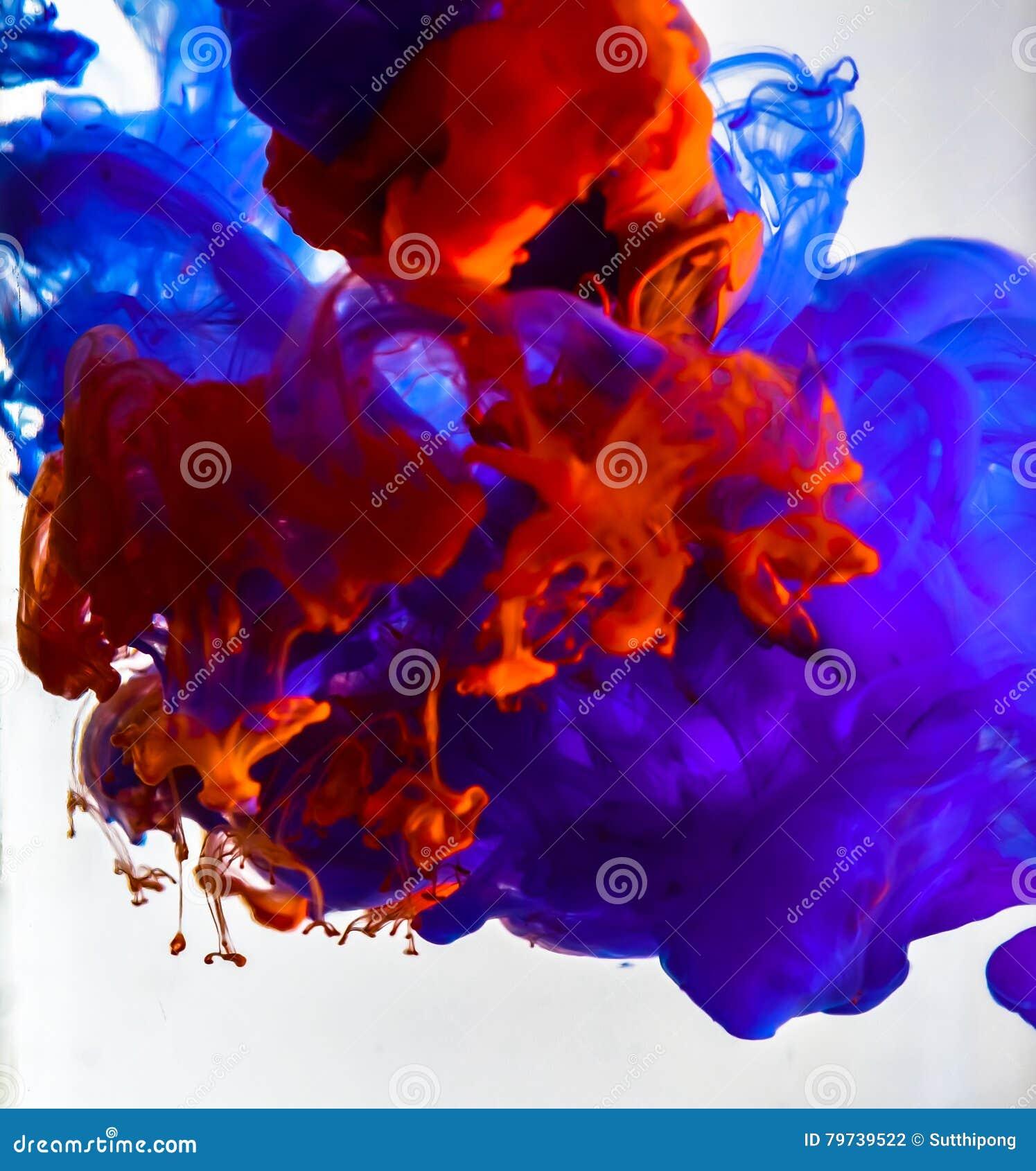 Tinta colorida que remolina en agua