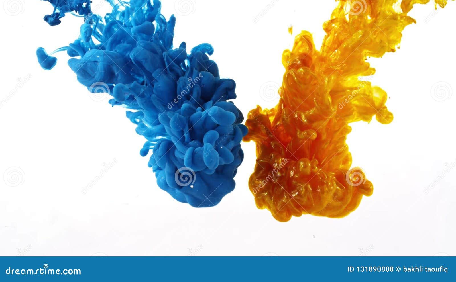 Tinta que remolina en el agua, descenso del color en el agua fotografiada en el movimiento
