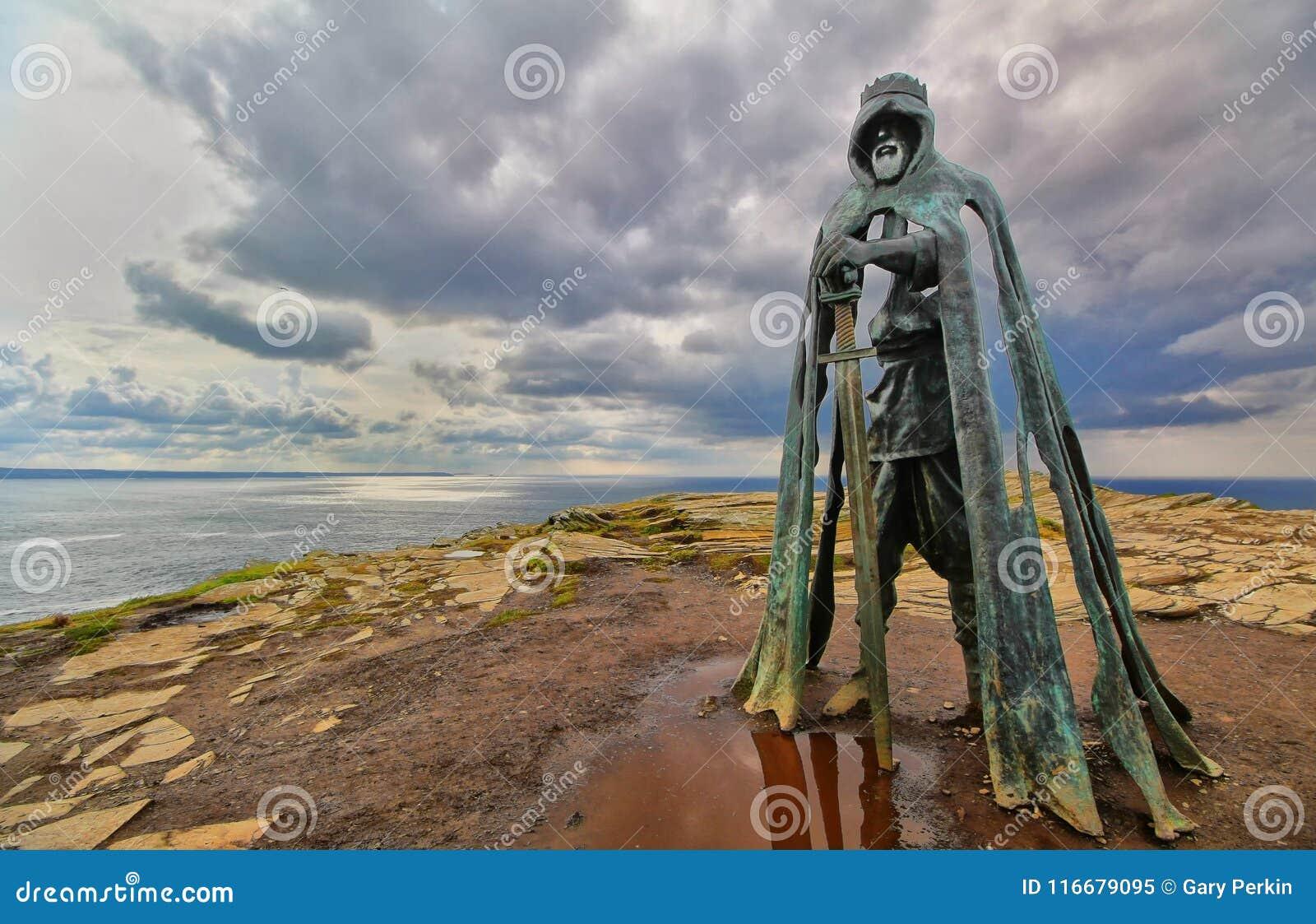Tintagel, Cornwall, het UK - 10 April 2018: Het standbeeld G van KoningsArthur