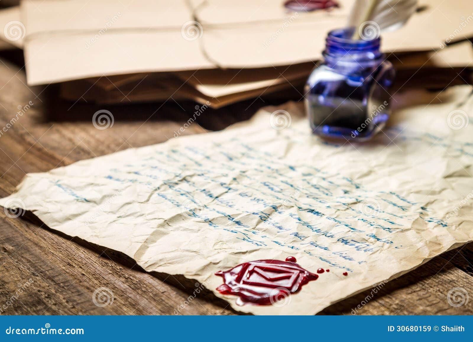 Tintenfaß mit andsealing Wachs der blauen Tinte auf dem Hintergrund von vintag