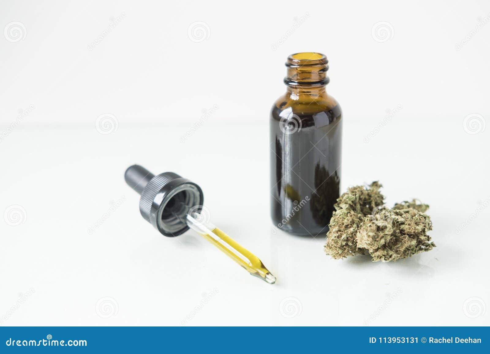Tintfles met cannabisknop en druppelbuisje