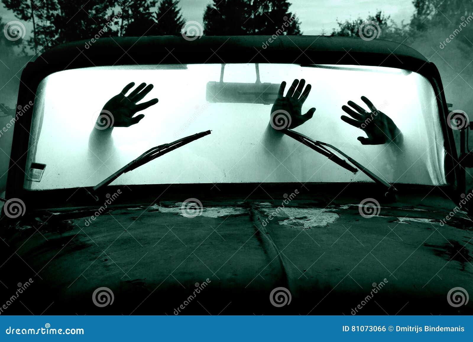 Tipi in automobile in pieno di fumo