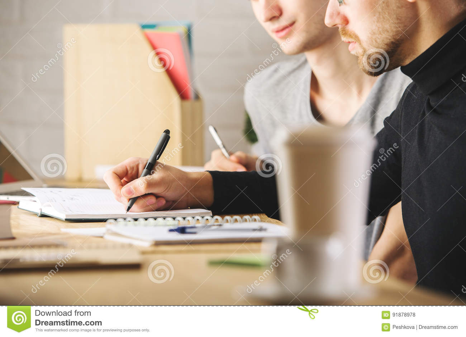 Tipi che fanno lavoro di ufficio