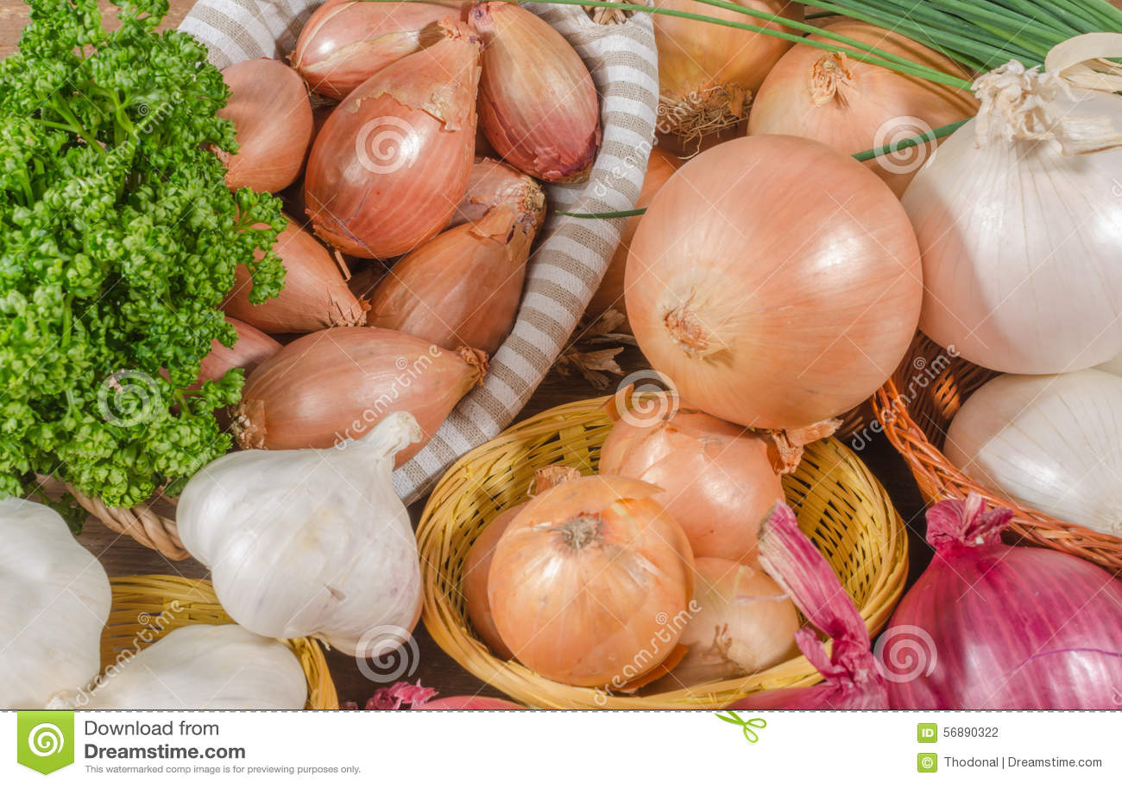Tipi differenti di cipolle, di aglio e di scalogni