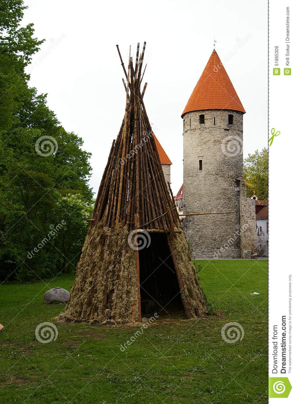 tipi en bois pr s des murs de la forteresse m di vale antique photo stock image 51865309. Black Bedroom Furniture Sets. Home Design Ideas
