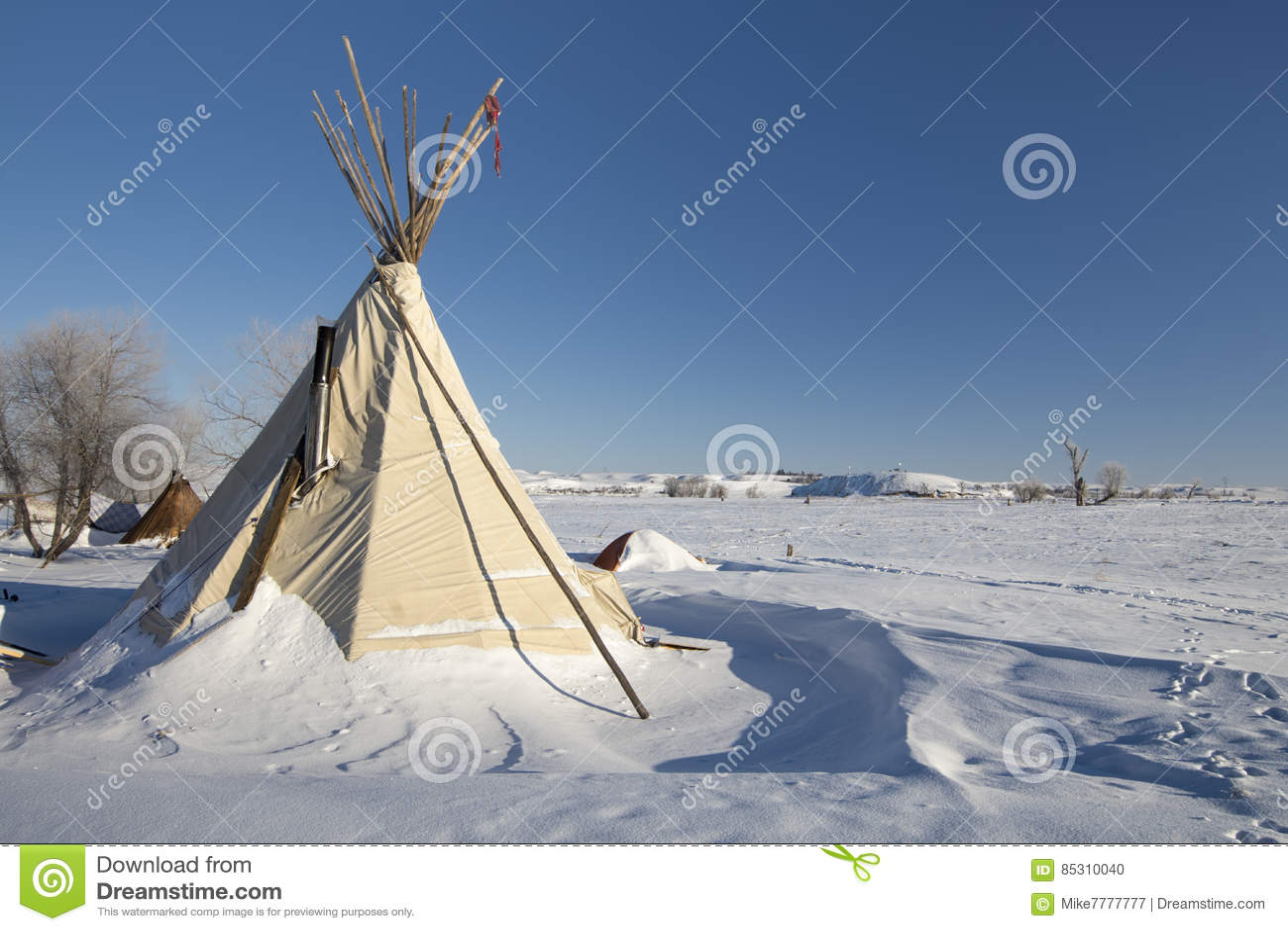 Tipi på kanten av det Oceti Sakowin lägret med sköldpaddakullen i bakgrund, kanonboll, North Dakota, USA, Januari 2017