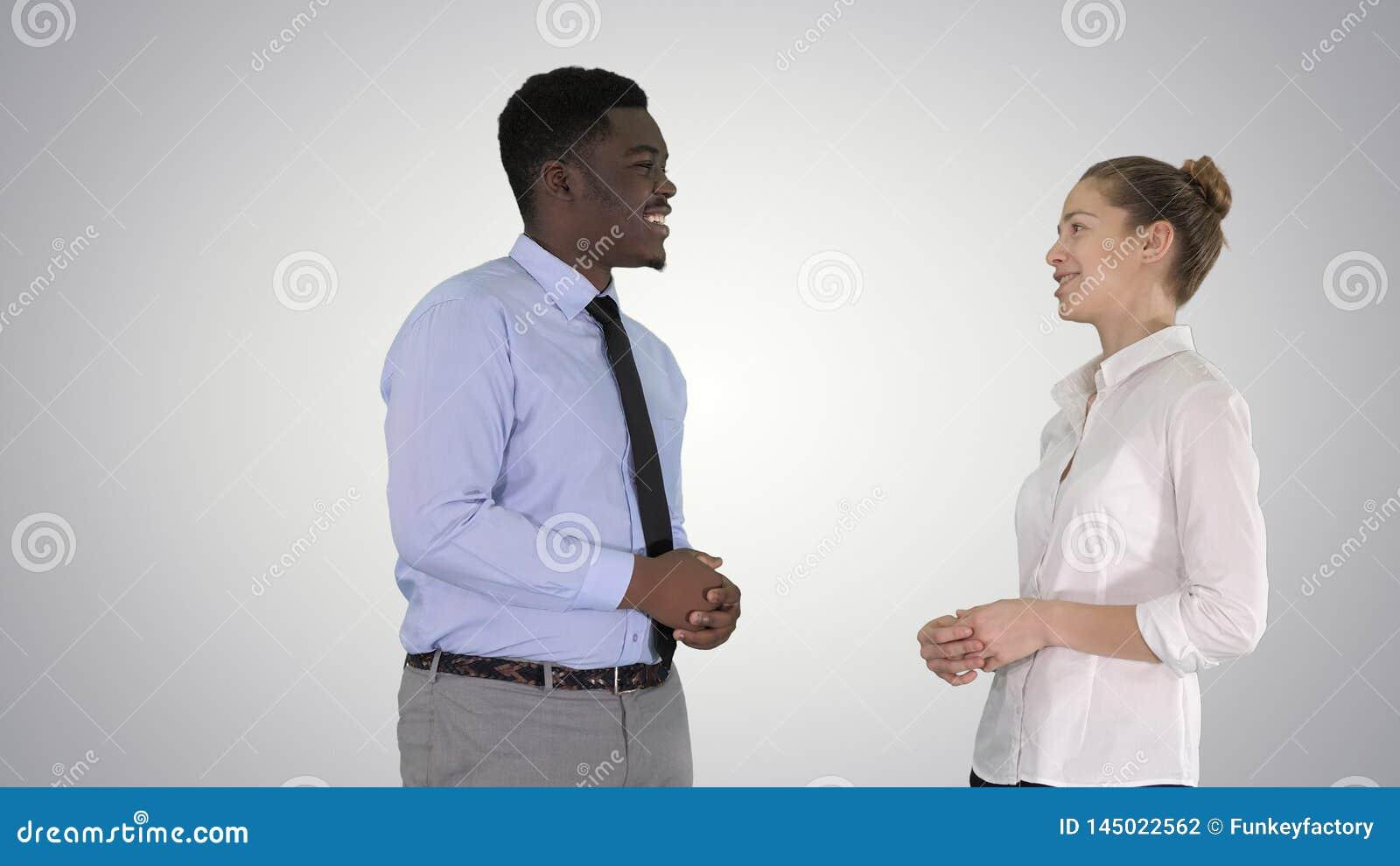 Tipo afroamericano e ragazza che parlano dell affare sul fondo di pendenza