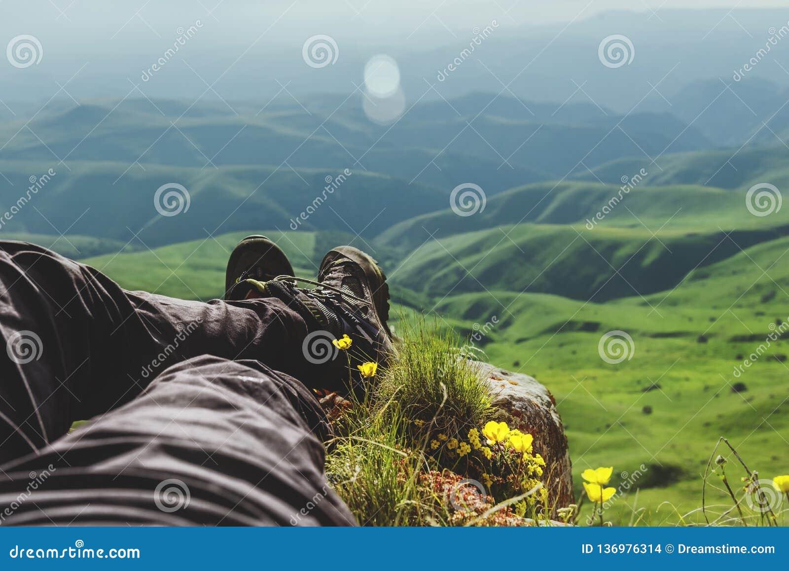 Tipo de botas de la primera persona en las montañas