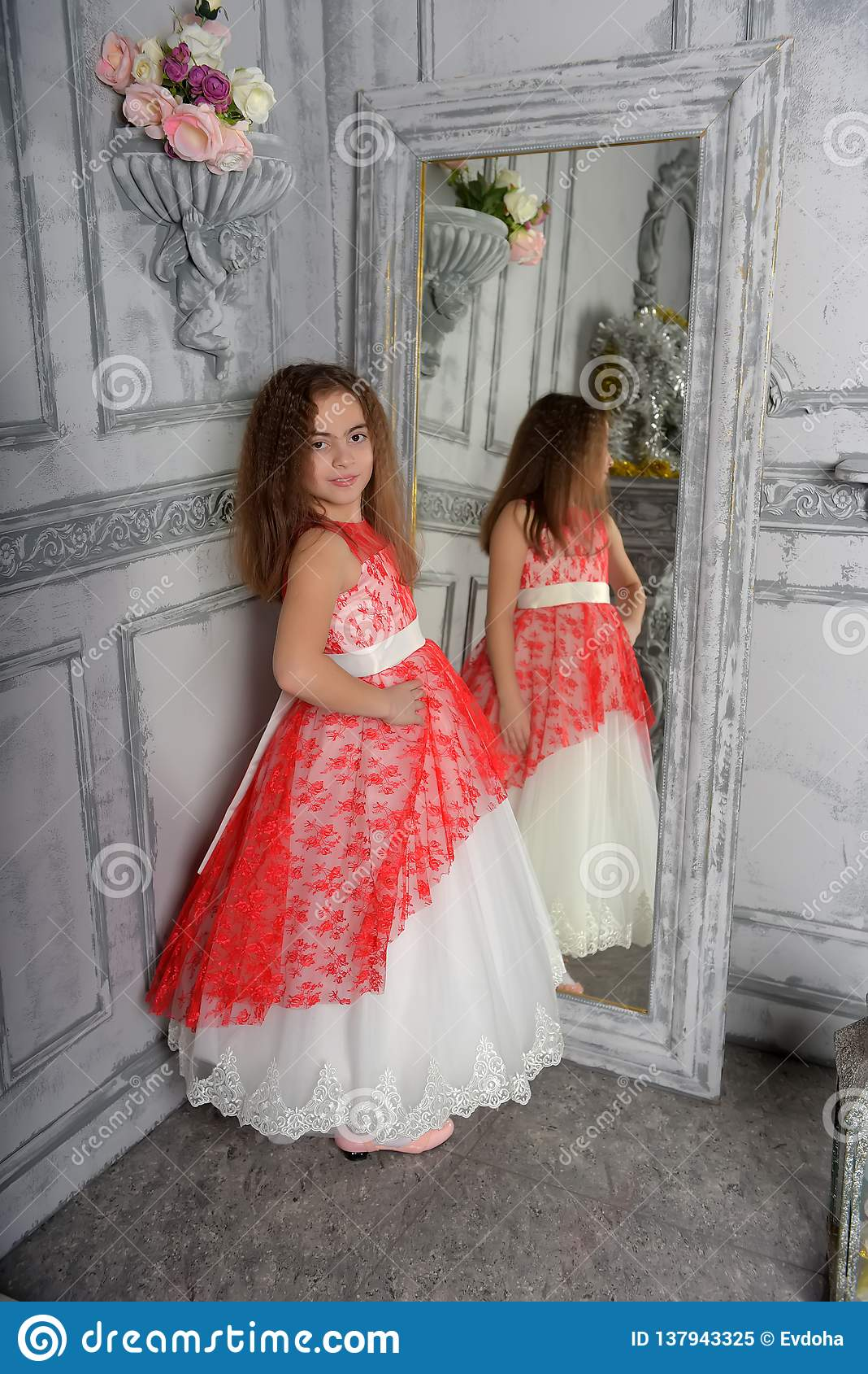 Tipo del este la muchacha la morenita en blanco con un vestido elegante rojo