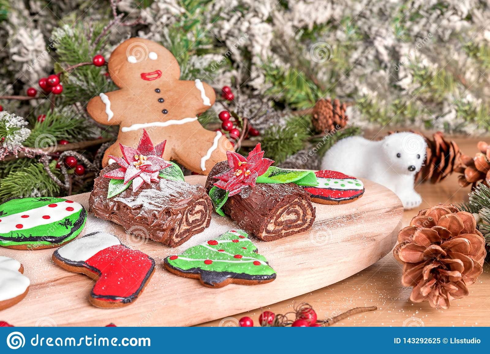 Tipo differente di biscotti di natale con la decorazione