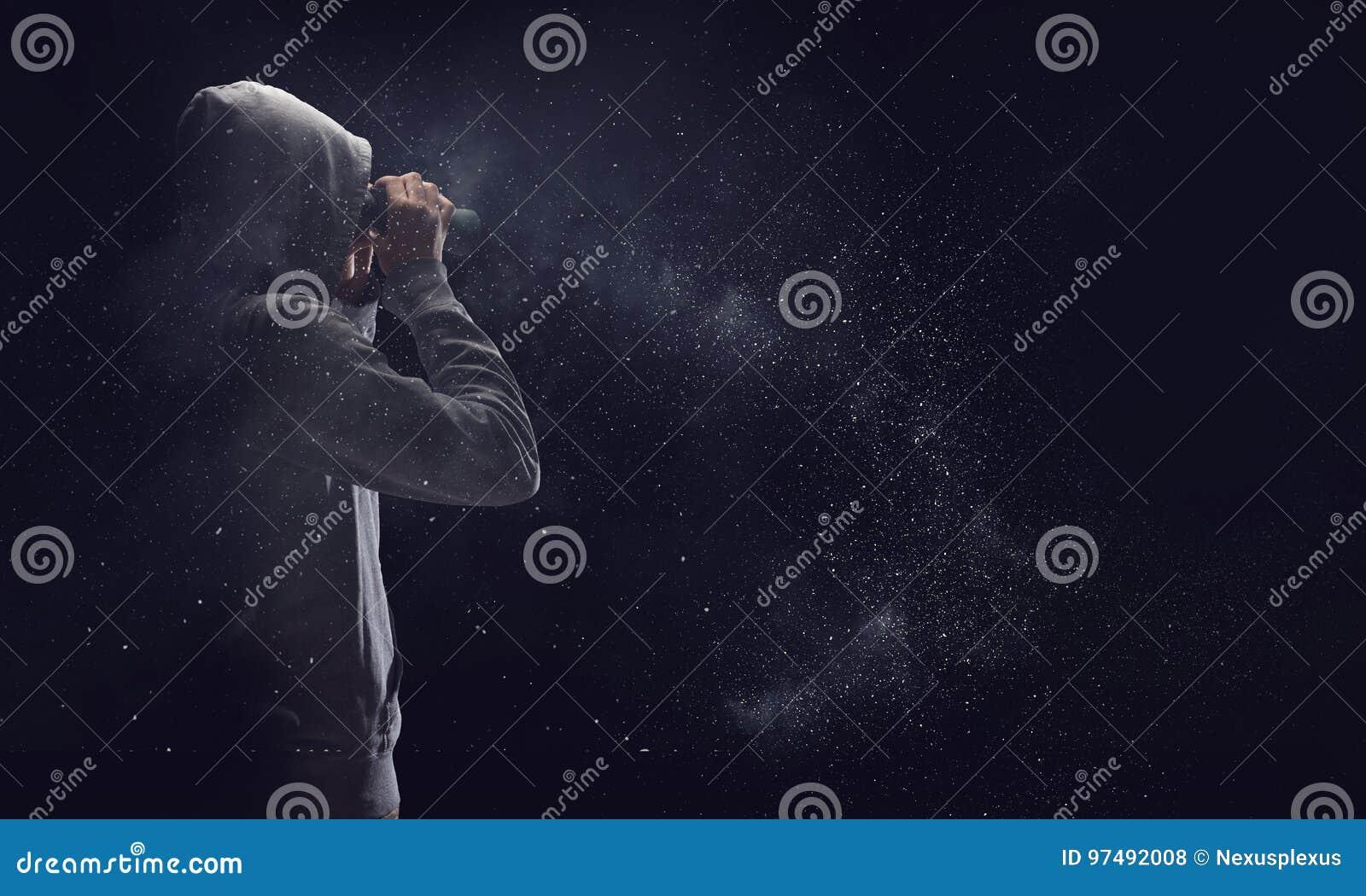 Tipo nello sguardo di maglia con cappuccio in binocolo Media misti
