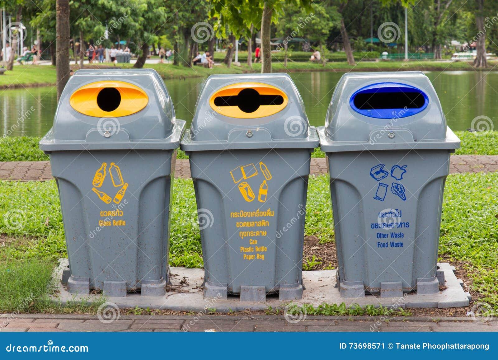 Tipo tre di bidone della spazzatura immagine stock immagine di