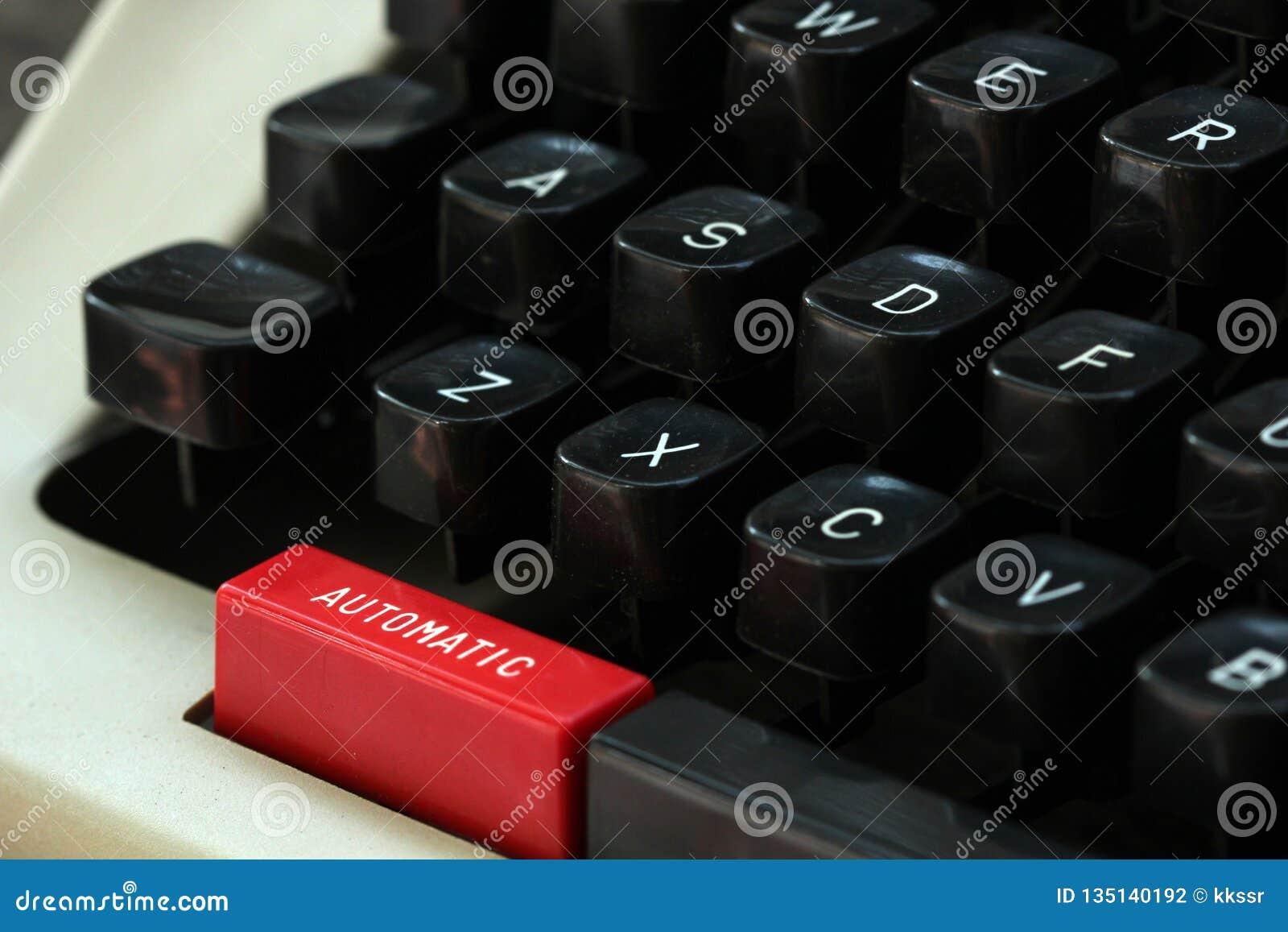 Tipo velho escritor com o botão 'automático 'na cor vermelha