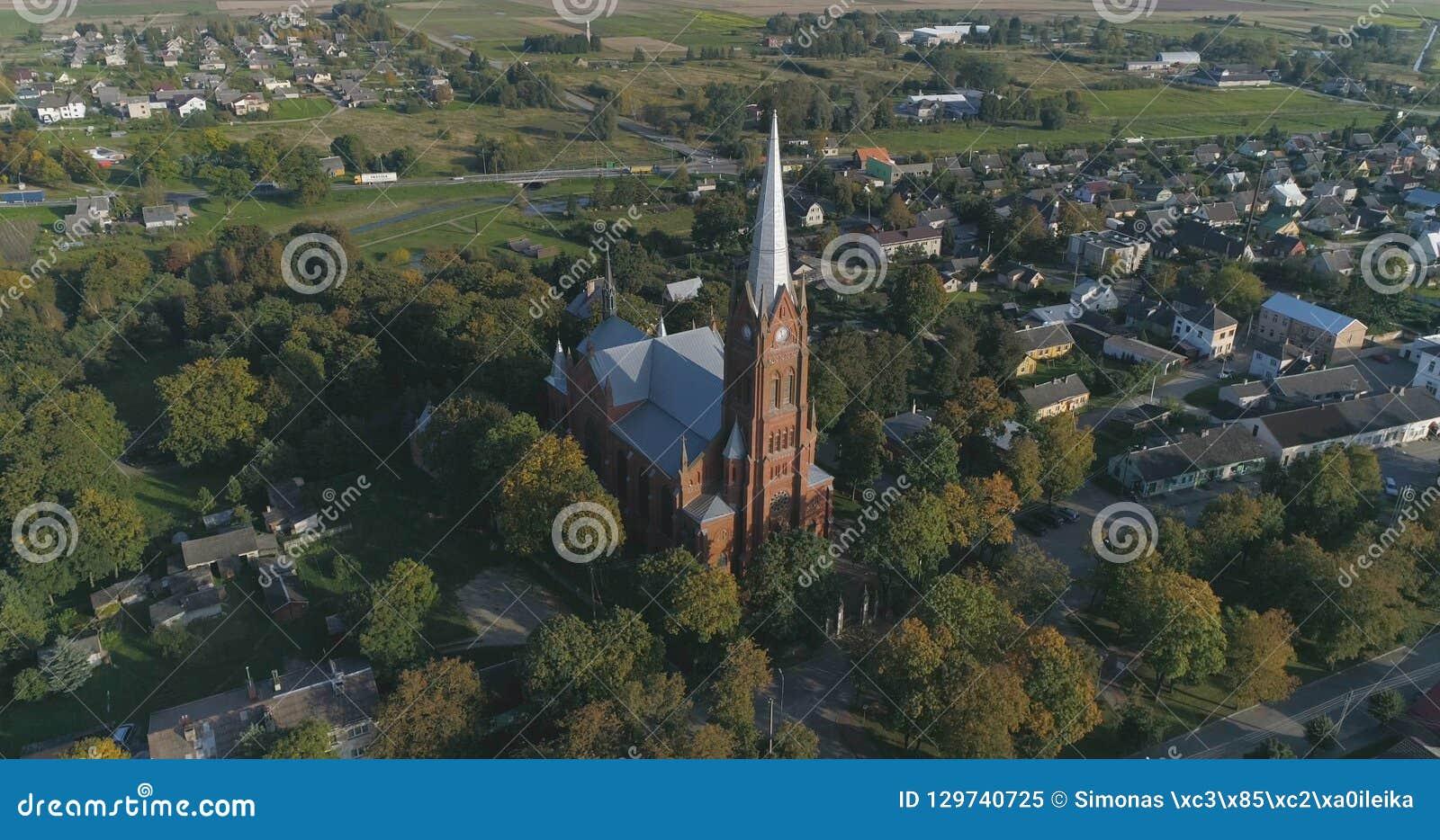 Tir aérien d église de St John de Ramygala en Lithuanie Panorama de ville en automne tôt