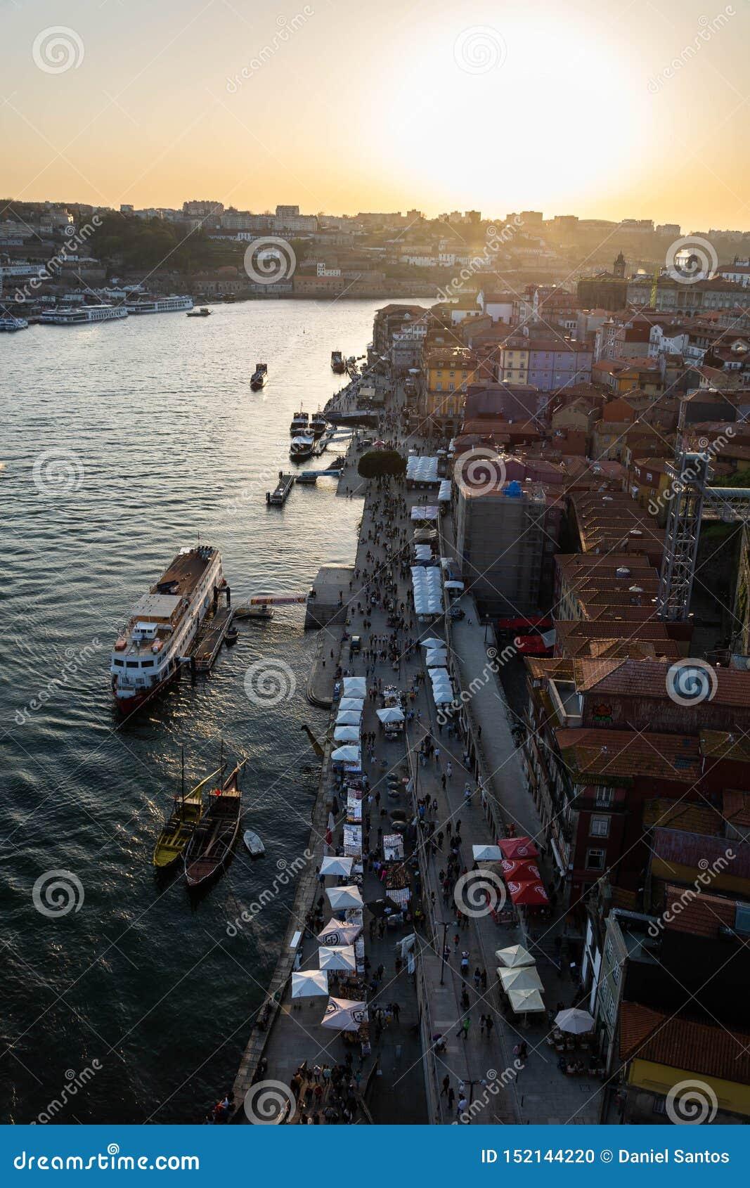 Tir aérien de la rivière de Ribeira et de Douro, Porto, au coucher du soleil