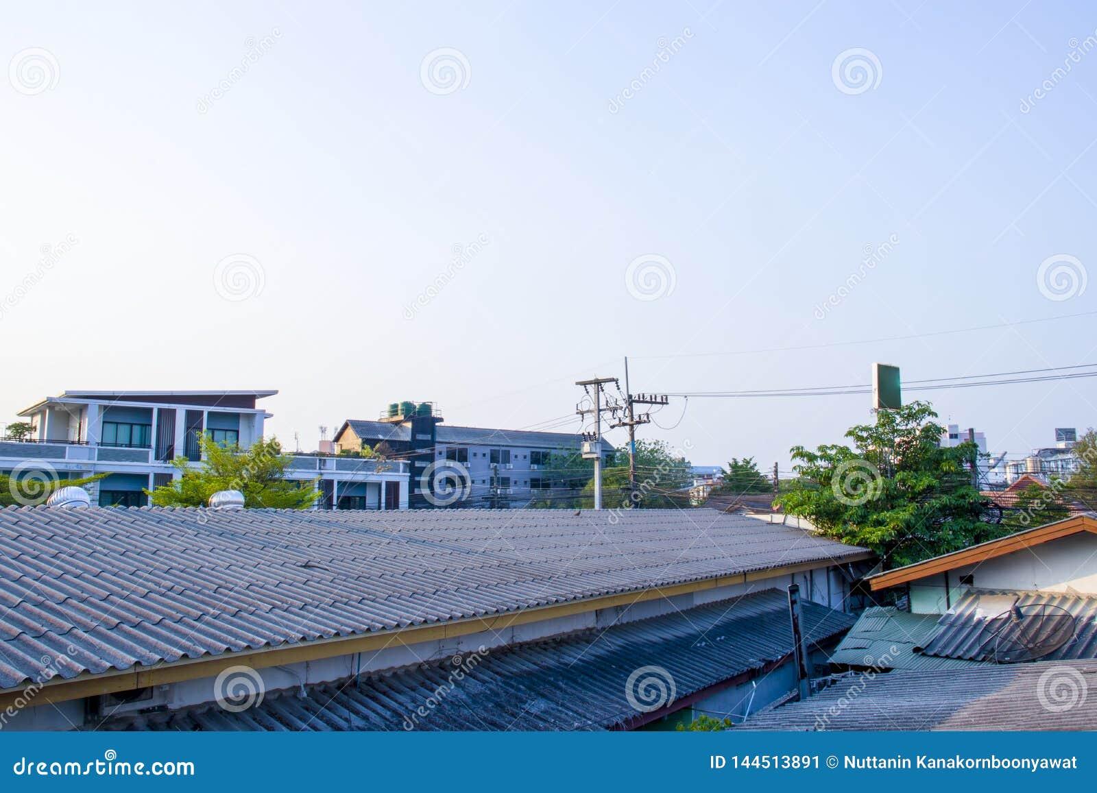 Tir aérien de voisinage d horizon résidentiel de subdivision, vue au-dessus des toits de Changmai