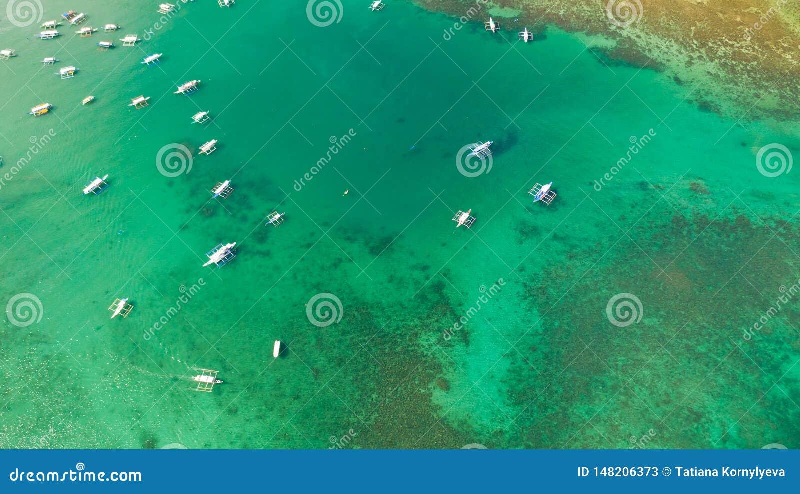 Tir aérien des bateaux locaux en plage d EL Nido, Palawan, Philippines
