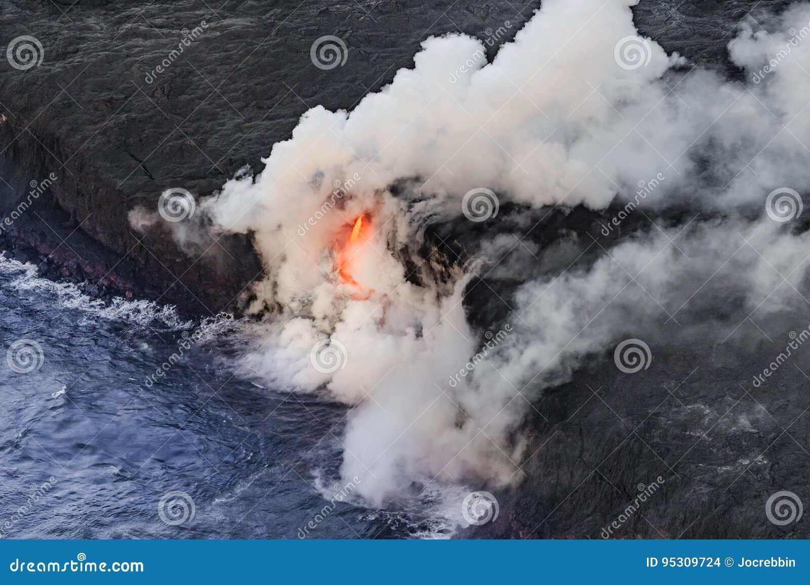 """Tir aérien du tube de lave de lauea de """"de KiÌ entrant dans la mer"""