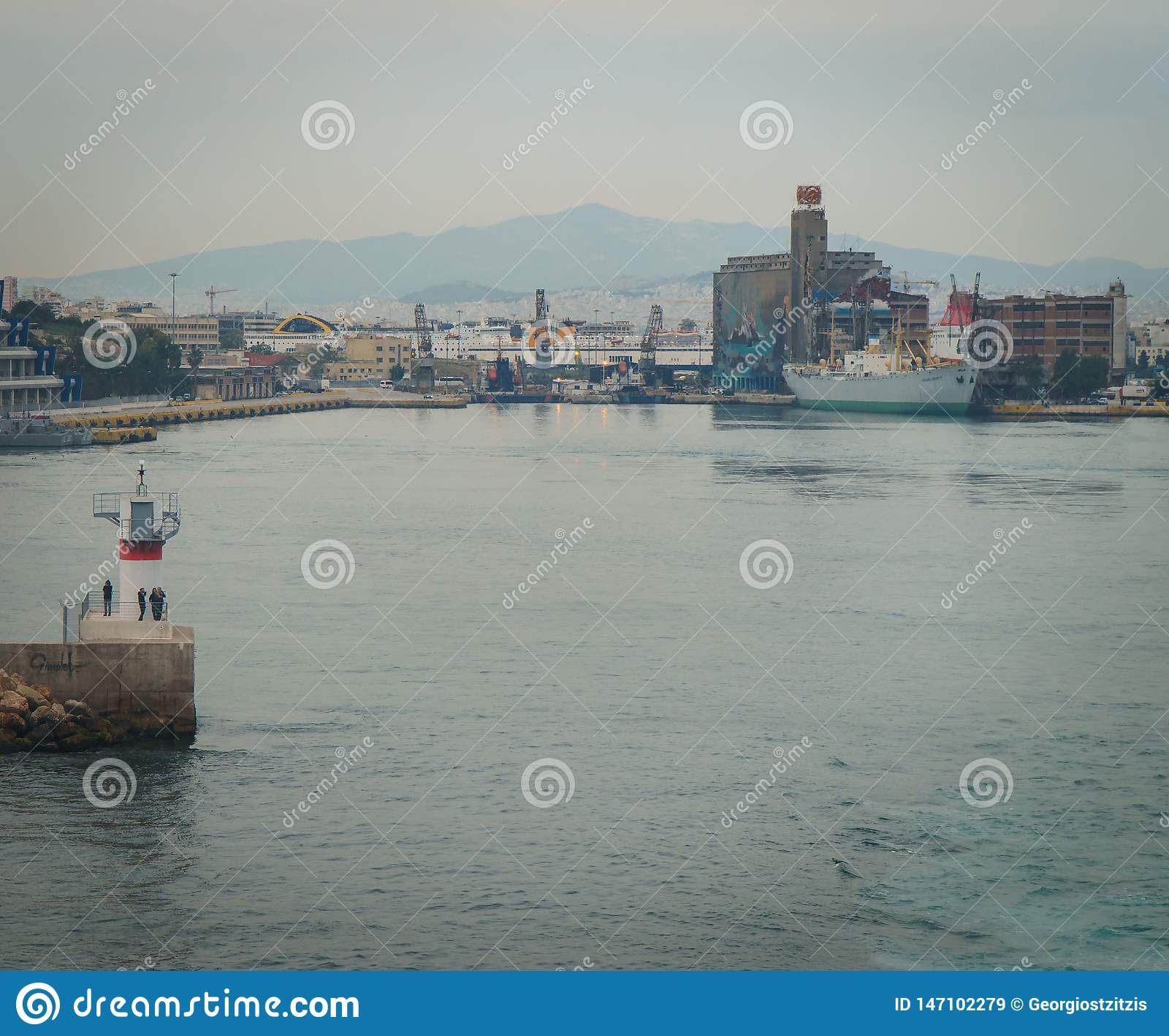 : tir conseptual du bateau qui laisse au port les autres bateaux et la tour de commande, dans un jour nuageux avec la mer calme